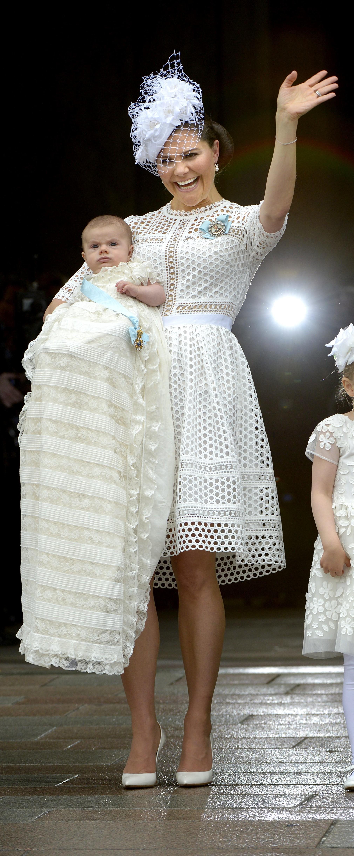 fee7bc4a6338 Estelle var sockersöt i denna vita klänning med blommor från det franska  märket Charabia.