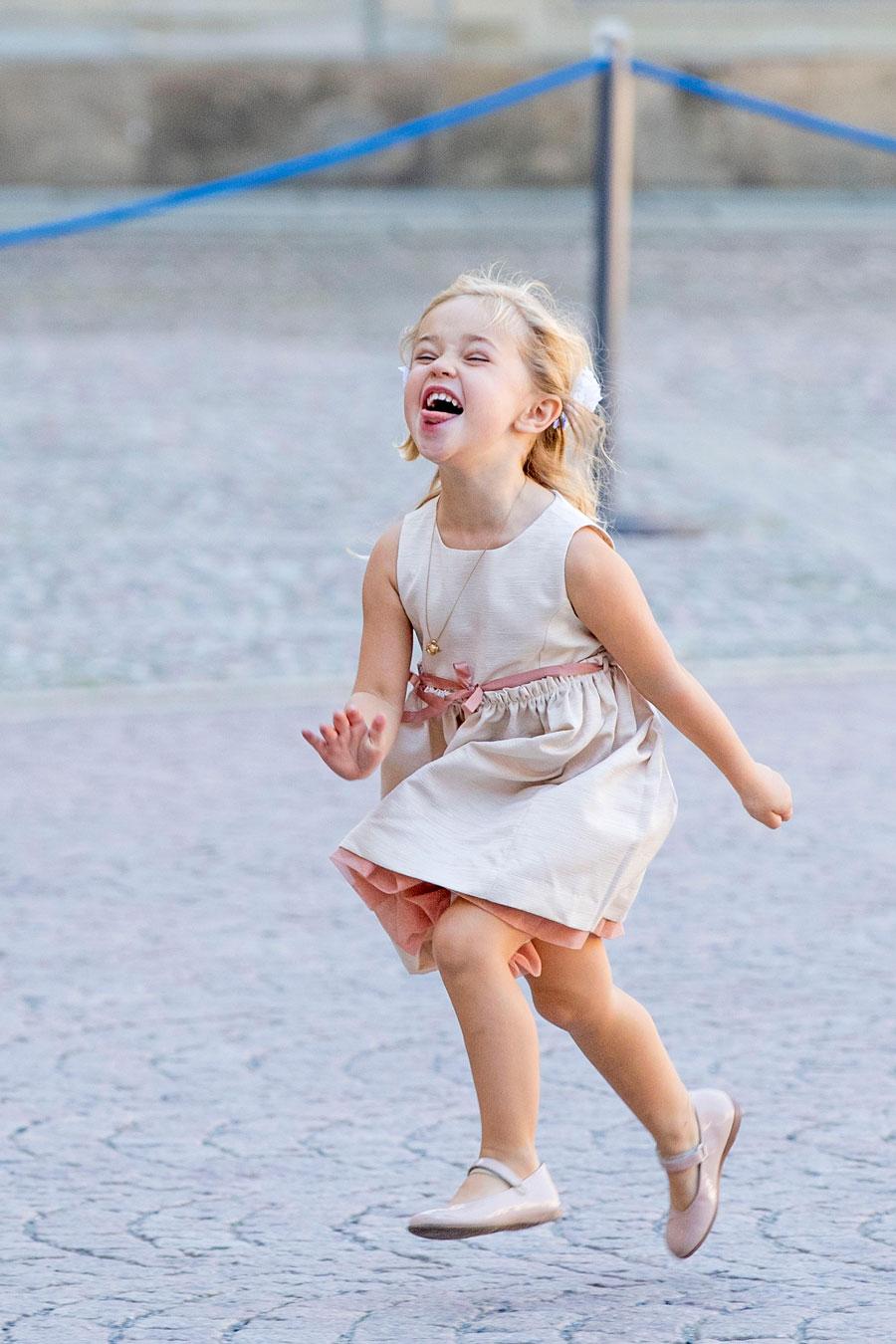Varför stå still och le när man är en prinsessa med spring i benen? Dessutom följer ju fotograferna efter en ändå!
