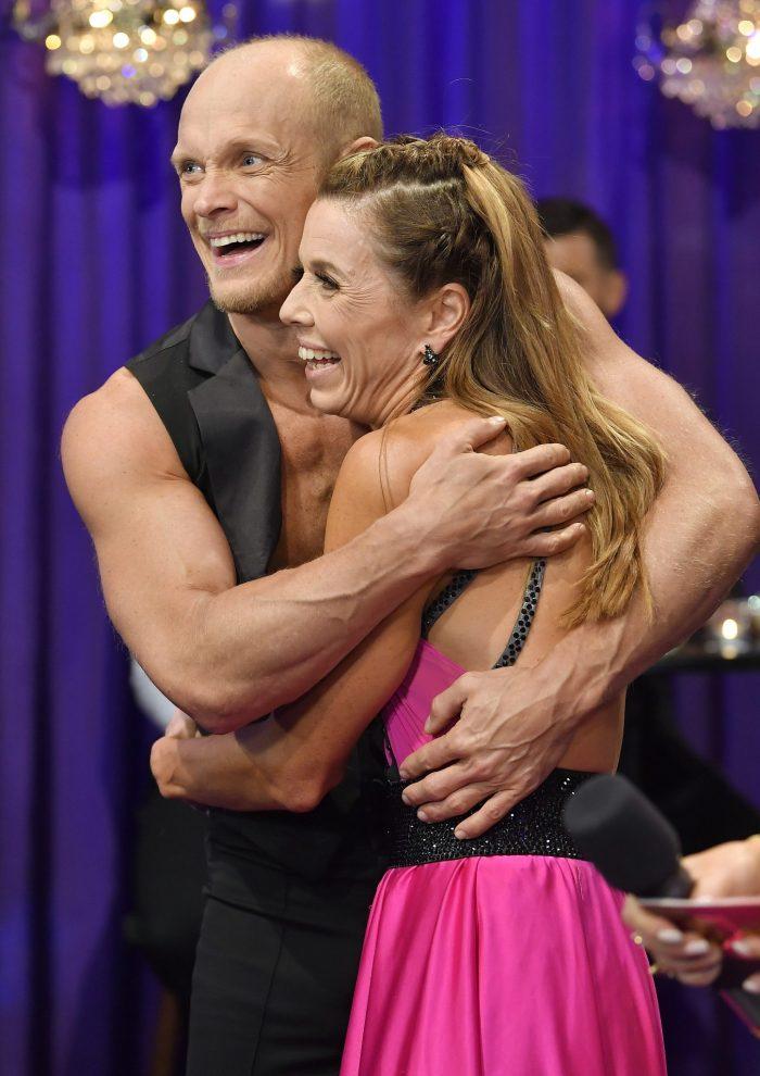 Magdalena Forsberg och Tobias Karlsson kramar varandra i Let's dance