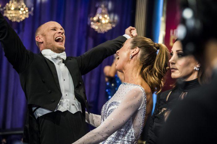 Magdalena Forsberg och Tobias Karlsson jublar i Let's dance