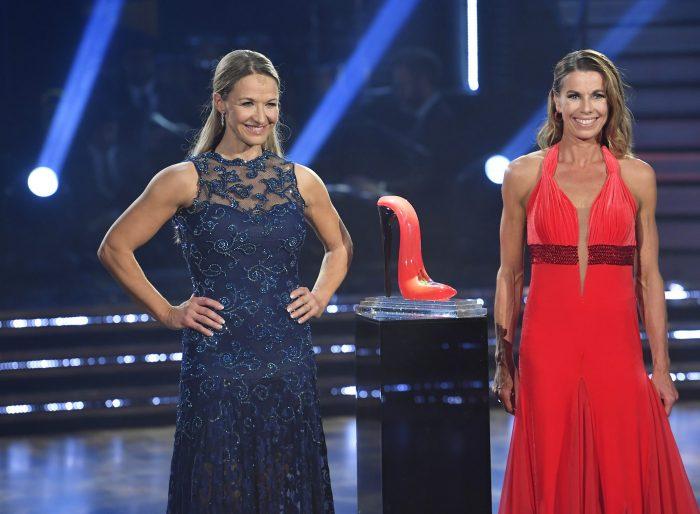 Kristin Kaspersen och Magdalena Forsberg står på varsin sida om glasskon i Let's dance
