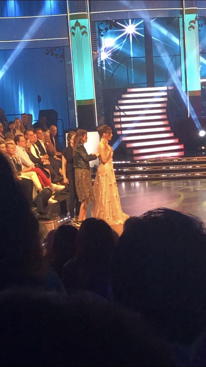 Tilde de Paula tappar klänningen under inspelningen av Let's dance på TV4.